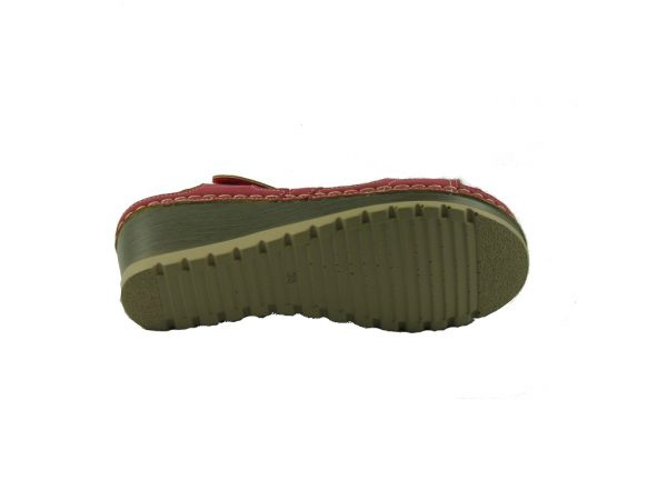 Czerwony sandał na koturnie DK