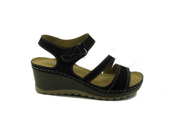 Czarny sandał na koturnie DK